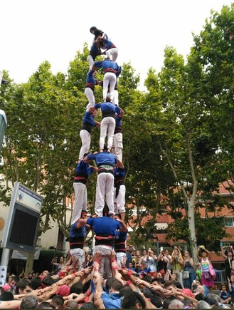 Los Cargolins de Esplugues durante la construcción del tres de vuit, este domingo en su ciudad con motivo de las fiestas de Santa Magdalena.