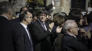 Puigdemont, durante la concentración en la plaza de Sant Jaume en protesta por el encarcelamiento de Jordi Sànchez y Jordi Cuixart.