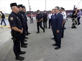 El ministro Zoido visita a los policías desplazados a Catalunya, objeto de tuits que Interior consideró ofensivos.