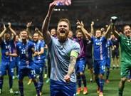 Aron Gunnarsson y sus compa�eros de la selecci�n de Islandia celebran la victoria frenta a Inglaterra.
