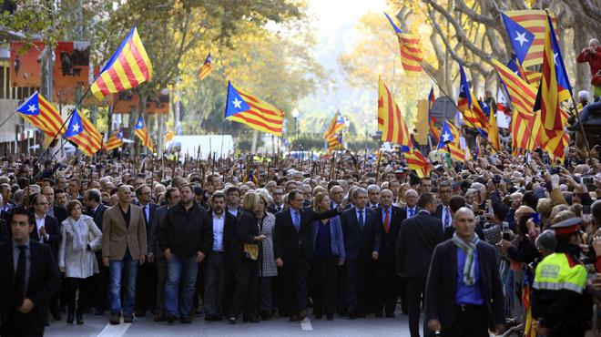 Artur Mas declara ante el TSJC por el 9-N acompañado por unas 6.000 personas.