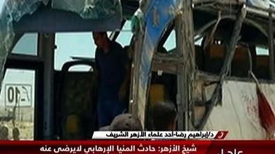 Restos del autobús donde viajaban los cristianos coptos asesinados en Egipto.