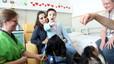 Nens hospitalitzats a Sant Joan de Déu juguen amb gossos per combatre la por