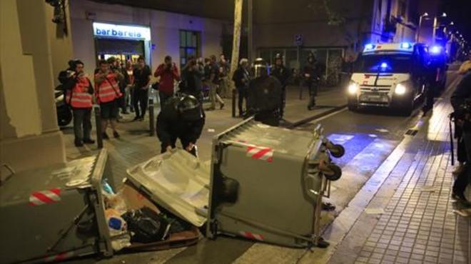 Contenedores tumbados y coches de la polic�a en Gr�cia, la noche del martes.