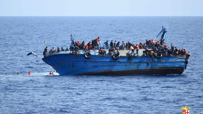 Dram�tica secuencia de c�mo vuelca un barco cargado de inmigrantes