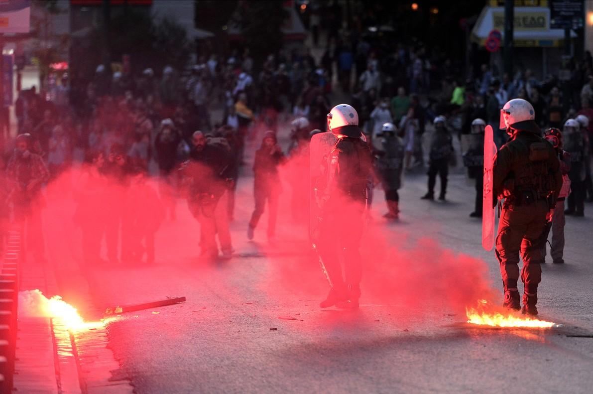 Grecia aprueba otra batería de recortes en medio de protestas en las calles