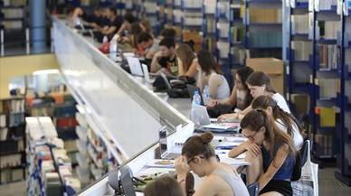 Estudiantes preparando exámenes en la biblioteca de Letras de la UAB.