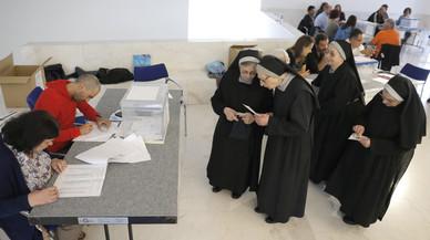 Un grupo de religiosas, a punto de votar en un colegio electoral de Santiago de Compostela.