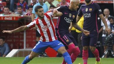 V�ctor y Neymar pugnan por un bal�n.