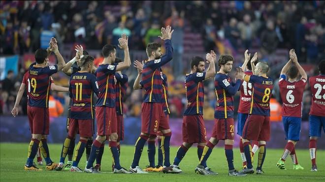Los jugadores del Bar�a festejan el triunfo sobre el Atl�tico y se lo dedican al Camp Nou.