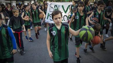 Jugadores del Club Bàsquet Pedagògium durante la manifestación para mantener su pabellón, el pasado lunes.