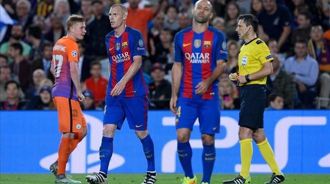 Mascherano y Mathieu, en el partido ante el City, instantes despu�s de la expulsi�n del defensa franc�s.