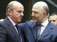 El ministro espanol de Economia, Luis de Guindos, conversa con el comisario europeo de Asuntos Economicos, Pierre Moscovici, en enero del 2016.