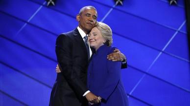 Obama abraza a Clinton tras su discurso de apoyo en la convenci�n dem�crata, en Pensilvania.