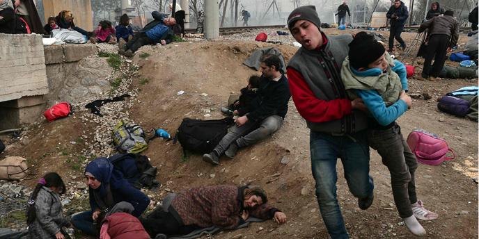 Polic�a macedonia carga contra los refugiados con gases lacrim�genos.