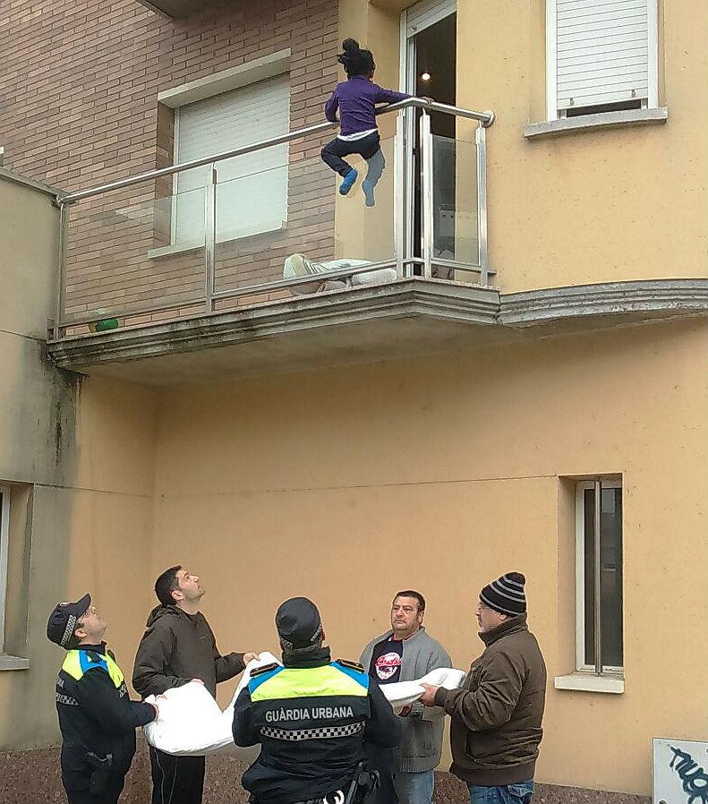 La polic�a rescata una ni�a de 2 a�os colgada de su balc�n