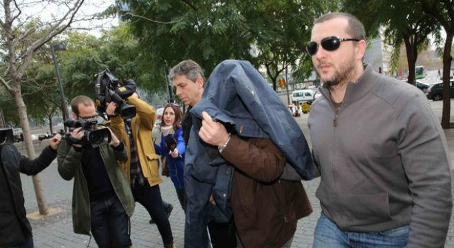 El ex profesor del colegio Maristas de Sants-Les Corts�llegando a la Ciudad de la Justicia con la cabeza cubierta.