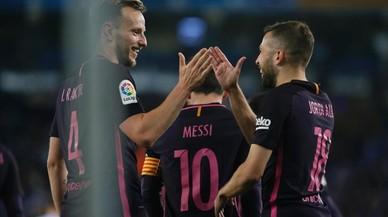 Rakitic y Alba celebran el gol del centrocampista croata, el 0-2, en el derbi ante el Espanyol.
