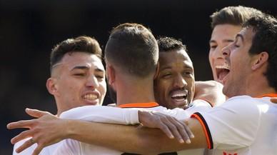 Munir, Nani, Santi Mina y Parejo felicitan a Montoya por su gol.