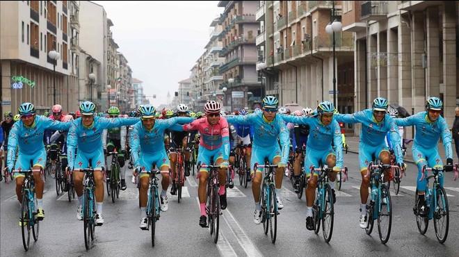 Vincenzo Nibali, en el centro de rosa, con sus compa�eros del Astana.