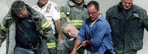 Imatge de bombers de Nova York rescatant els ferits.
