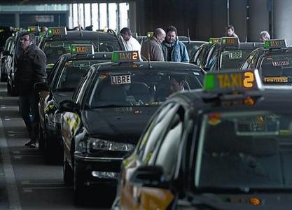 Cola de taxistas en la T-1 del aeropuerto de El Prat, el 27 de enero. En la parrilla del aeródromo se colocará una de las mesas electorales del taxi.