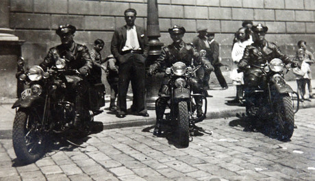 Unos mossos, en 1930, motorizados con motos Harley.
