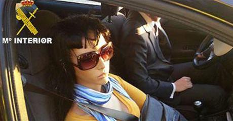 Imagen en la que se ve el maniquí que viajaba de copiloto en el vehículo infractor.