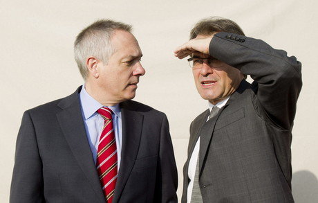 Pere Navarro observa Artur Mas, el 24 de novembre, en una sessió fotogràfica al conjunt de candidats.