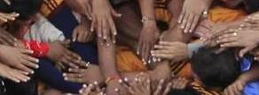 Devotos intentan formar una pirámide humana para romper una olla de barro con cuajada durante las fiestas hindúes de Janmashtami.
