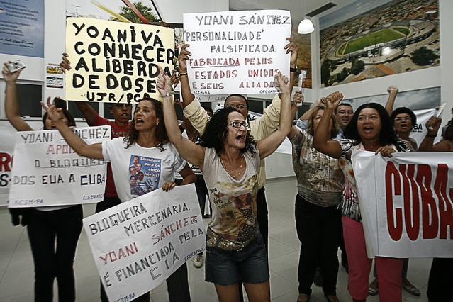 Simpatizantes del régimen cubano gritan consignas y muestran carteles durante la visita de la cubana Yoani Sánchez a Brasil. REGINALDO PEREIRA | EFE