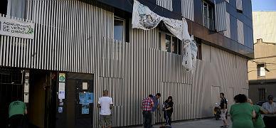Limpieza de un edificio ocupado por la PAH en Sabadell y cedido a la Generalitat para que haga pisos sociales, el pasado d�a 10.