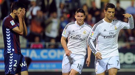 Cristiano Ronaldo y James Rodr�guez celebran uno de los goles del Madrid contra el Eibar, ante un desolado Eneko Boveda