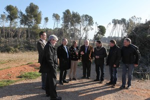 El president de la Diputació de Barcelona, Salvador Esteve, durant la visita al bosc de Can Deu de Sabadell.