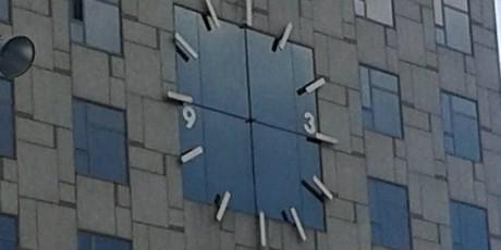 El reloj del hotel Plaza de Barcelona no tiene agujas.