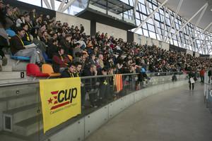 Aspecto de la Pista de Atletismo Cubierta de Sabadell, con los asamblearios de la CUP, este domingo.