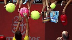 Djokovic firma autógrafos tras ganar, la pasada madrugada, al surcoreano Hyeon Chung en su debut en Australia