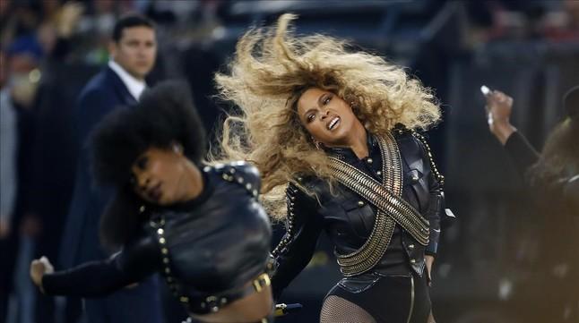 Beyoncé actuando en el descanso de la Super Bowl