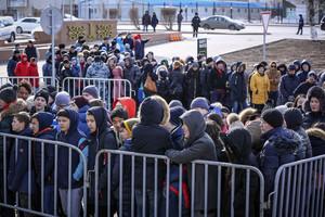 Largas colas para estrenar el primer McDonalds en Kazajstán