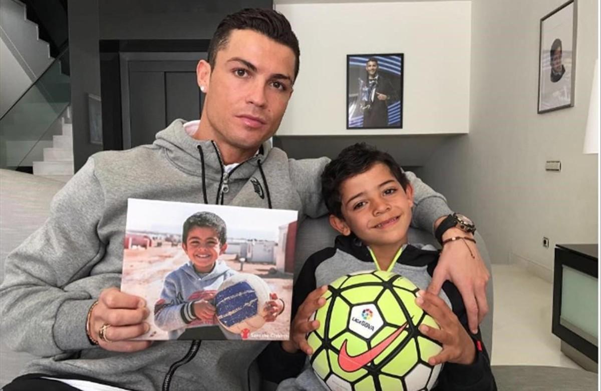 Cristiano y su hijo apoyan a los niños sirios