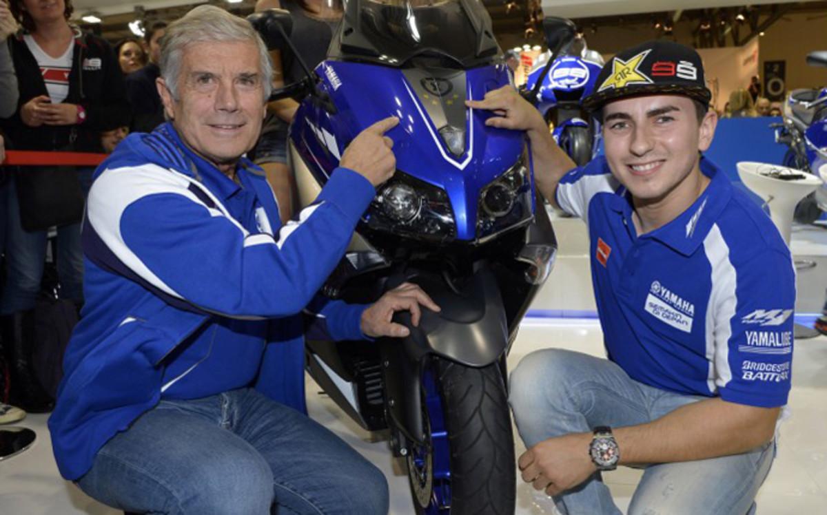 Giacomo Agostini junto a Jorge Lorenzo, en el box de Movistar-Yamaha