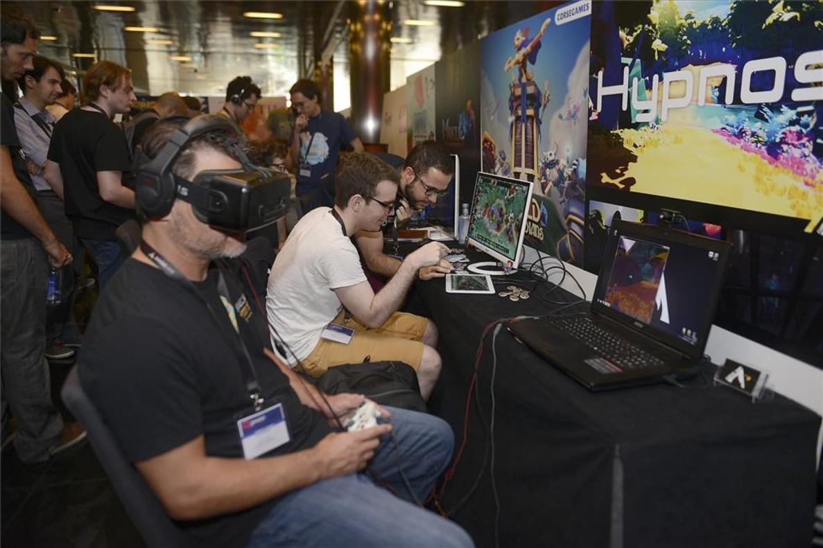 Desarrolladores en el Gamelab con unas ganas de realidad virtual.