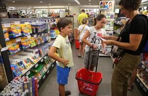 mjibanez23425746 barcelona 27 08 2013 familias con la lista de la compra de 160905174732