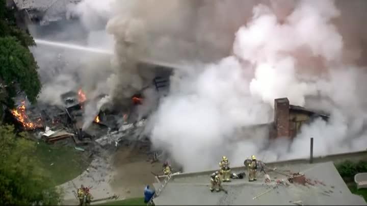 Una avioneta se estrella contra una casa en Los Ángeles