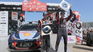 Neuville y Gilsoul celebran su éxito en Córcega