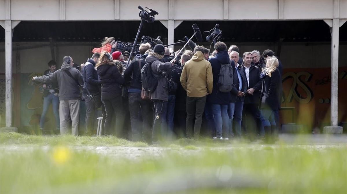 Los periodistas rodean a François Fillon durante una visita a Calais.