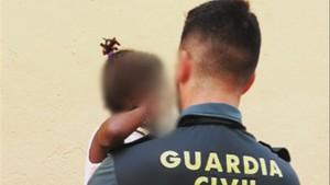 La Guardia Civil auxilia a una menor de 3 anos que se encontraba sola y asomada al balcon de su casa