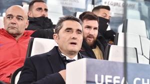Ernesto Valverde y, al fondo, Leo Messi.