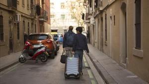 Turistas con maletas en la barceloneta