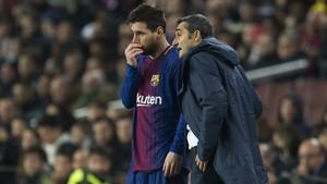 Valverde da instrucciones a Messi antes de entrar a jugar contra el Sporting de Lisboa.